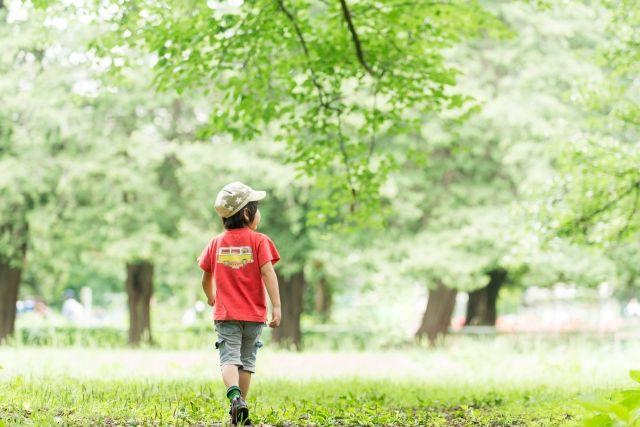 男の子が一人で外遊び