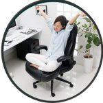 椅子の上であぐらをかけるオフィスチェア