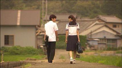 下校時にカップルで帰宅する高校生