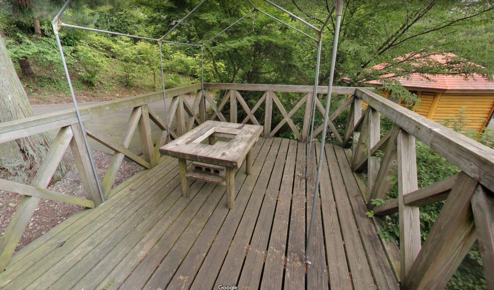 塩塚高原キャンプ場 バンガロー バーベキュー用テーブル